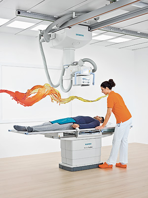 Auf dem Kongress der Radiologischen Gesellschaft Nordamerikas (RSNA) 2011 stellte Siemens Healthcare sein neues Radiografie-System Multix Fusion vor. Es ermöglicht kleineren und mittelgroßen Krankenhäusern, mit bewährter High-end-Technik von Siemens zu arbeiten, ohne das Investitionsbudget der Einrichtung zu sehr zu belasten. Multix Fusion unterstützt das volle Spektrum klinischer Anwendungen, ist aber deutlich preisgünstiger als vergleichbare Vorgängermodelle. Dabei besitzt das System Komponenten, die bisher nur im oberen Preissegment angeboten wurden, wie beispielsweise den höhenverstellbaren, mit 300 Kilogramm belastbaren Untersuchungstisch. Dank der hohen Zuverlässigkeit des Systems und attraktiver Service-Verträge sind auch die Betriebskosten vergleichsweise gering. Siemens Healthcare introduced its new radiography system Multix Fusion at the 97th Scientific Assembly and Annual Meeting of the Radiological Society of North America (RSNA) 2011. Multix Fusion enables small and medium-size hospitals to deploy proven high-end Siemens technology without overtaxing investment budgets. The system supports the full spectrum of clinical applications, but is much more affordable than comparable predecessor models. Multix Fusion features components that until now were offered only in the upper price segments, such as the height-adjustable, 300 kilogram capacity examination table. Thanks to its high reliability and attractive service contracts, the system's operating costs are also comparatively low.